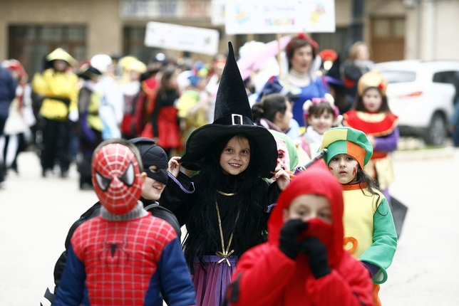 La programación festiva de El Bonillo comenzó con el desfile infantil, en el que participaron cerca de 300 escolares.