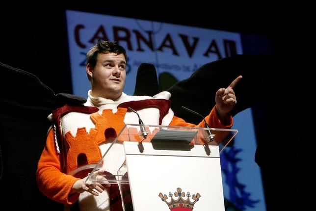 Juanjo Albiñana disfrazado de Zete, mascota del Albacete Balompié, puso una nota de color y humor en el pregón del Carnaval