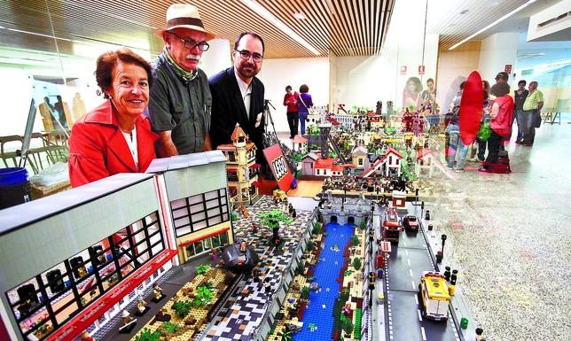 Aurora Martín, coordinadora del MEH; Eudald Carbonell, codirector de las excavaciones de Atapuerca, y Javier Campo, de la Asociación de Aficionados a las Construcciones LEGO. Luis López Araico