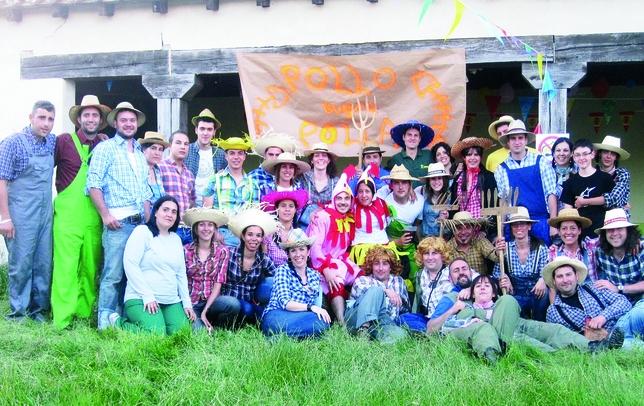 Estos simpáticos granjeros de Fresno del Río preparan una fiesta de despedida a sus dos pollos preferidos, que posan en el centro de la foto de familia.