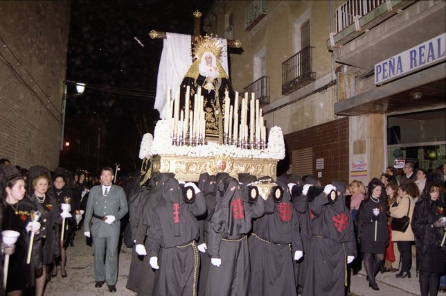 Imagen de 1997 de la Virgen de la Soledad en la calle Palenque. José Ángel de Jesús Encinas, guardia civil asesinado por ETA en el 2000, acompaña a la cofradía. Peña
