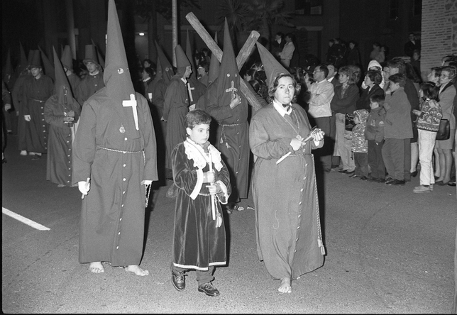 Cortejo procesional con penitentes ataviados con túnicas de sarga. Peña