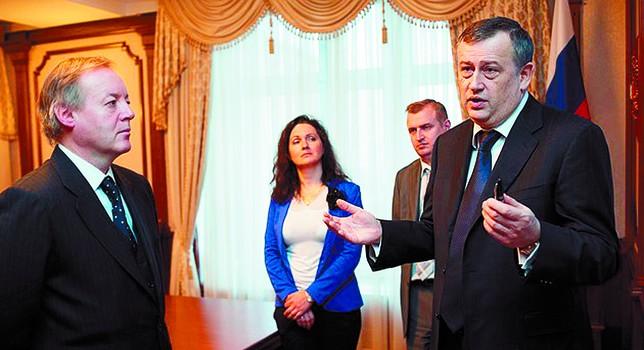 El vicepresidente del Grupo Antolín, Ernesto Antolín, escucha hace unos días las explicaciones del gobernador de la región de Leningrado. Nord-News