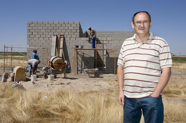 Ángel Gómez, alcalde de El Pedroso, en los terrenos que ha dejado a la protectora. J.F. (Ical)