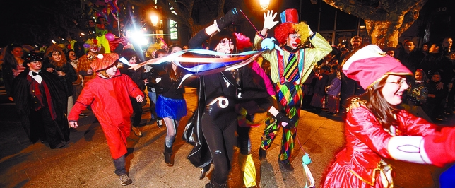 Payasos, majorettes y toda clase de personajes del circo y de los cuentos pusieron color a las calles del casco histórico. Valdivielso