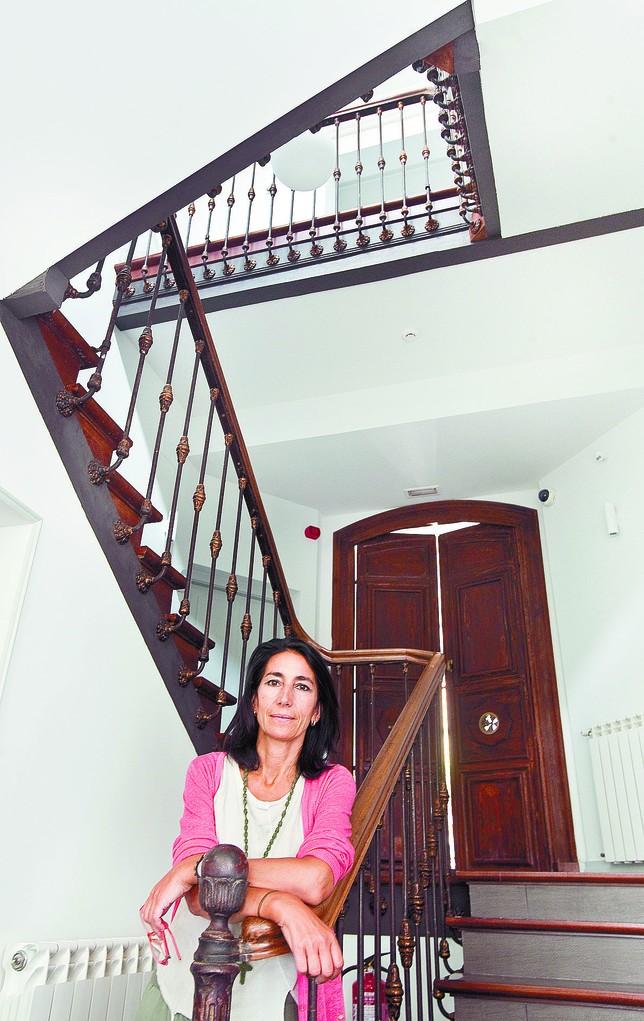 Margarita Jané en la escalera de su posada y en la entrada de la bodega de Emebed, donde sus huéspedes pueden descubrir el encanto que esconden los rincones de su acogedora casa. Jesús J. Matías