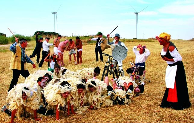 HORNILLO DE CERRATO: En un lugar del Cerrato, cuyo nombre es Hornillos, vive un moderno caballero llamado Don Quijote que junto a Sancho recorren con su bici y triciclo la comarca enfrentándose a «gigantes molinos, ejércitos de ovejas...».