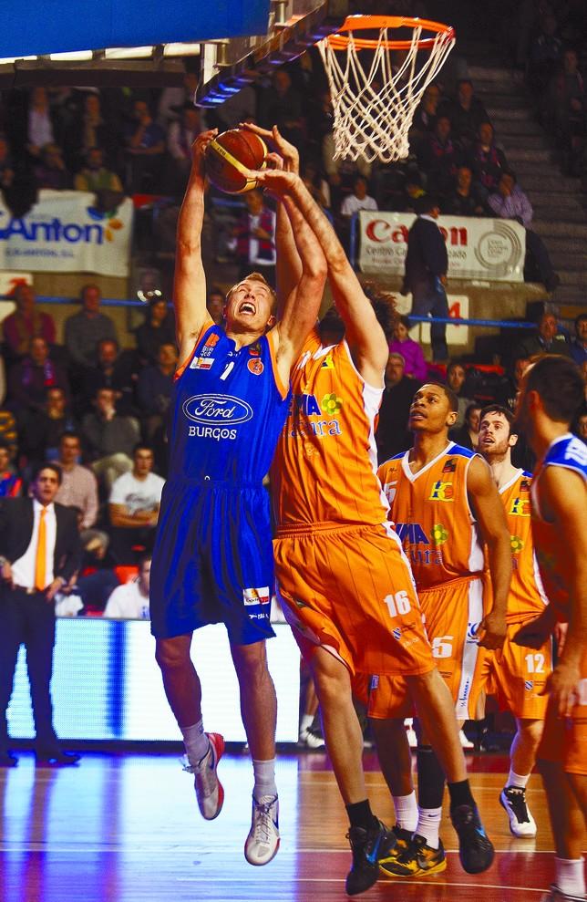 Luke Sikma -9 puntos y 9 rebotes- superó en su duelo a Sonseca -11 puntos y 4 rebotes. Diario de Burgos