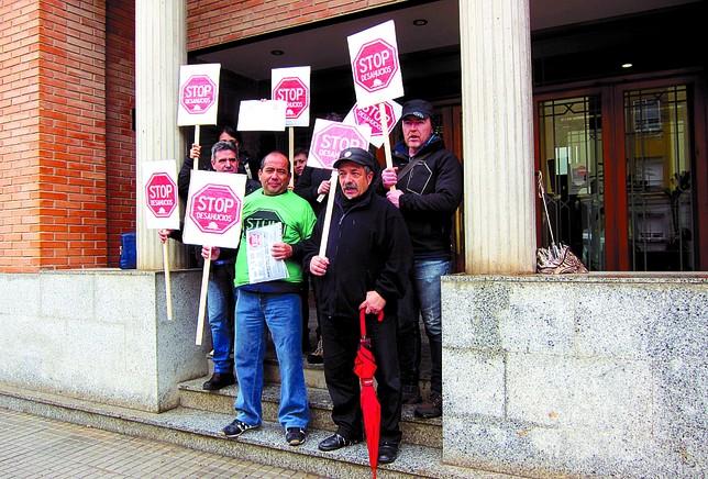 Un grupo de integrantes de la PAH acudió a la puerta de los juzgados para mostrar su apoyo público a los afectados. DB
