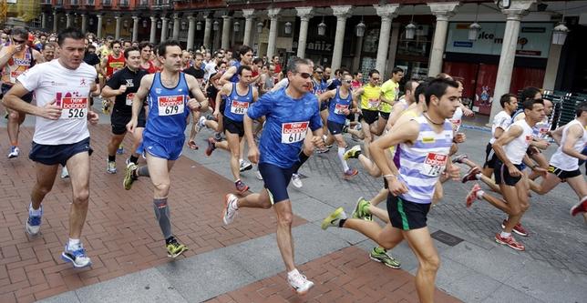 Los corredores pasan por la Plaza Mayor de Valladolid. César Minguela
