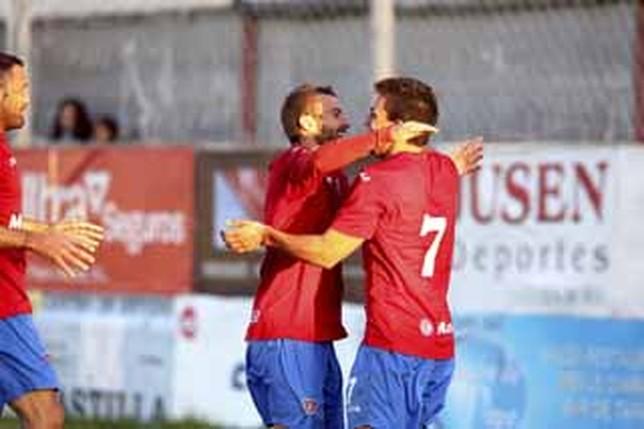 Raúl Espínola abraza a Jordi Pablo para celebrar el segundo gol anotado por el castellonense. José Miguel Esparcia