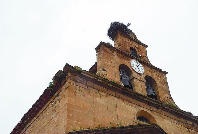 Las cornisas y la cubierta, así como el campanario, presentan un lamentable estado de conservación. J.A.H.