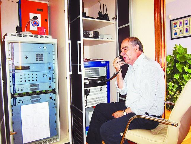 El alcalde del Valle de Tobalina, Rafael González Mediavilla, probando ayer el estado de la emisora de radio. A.C.