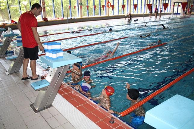 M s de 500 inscripciones para los primeros cursos for Clases de piscina para ninos