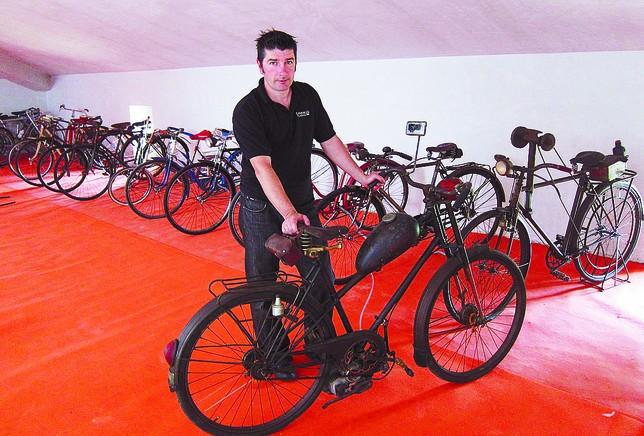 Aitor Alonso guarda ahora sus bicicletas, todas ellas útiles para andar, en el desván de su casa.  A.C.