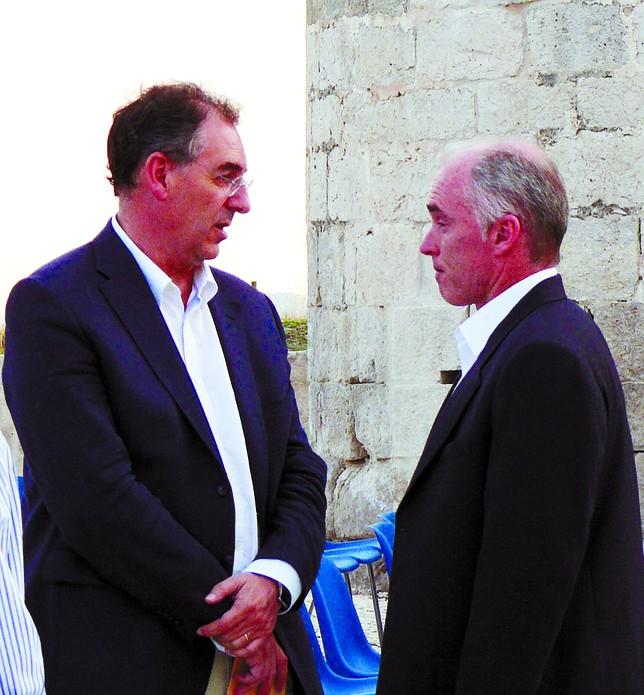 Miguel Ángel Benavente, presidente del CB Atapuerca, junto a Mike Hansen, del CB Valladolid. José Alberto Martín