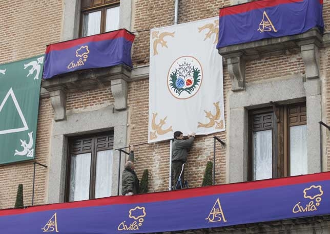 El Chico luce los símbolos de las 14 cofradías de la ciudad. Antonio Bartolomé