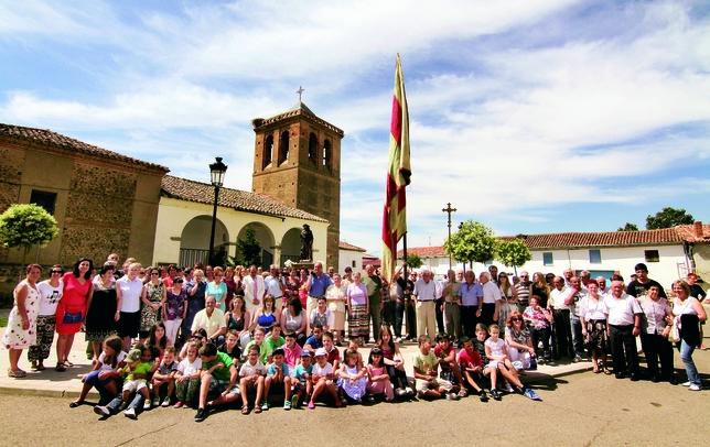 POZA DE LA VEGA: La fotografía representa al pueblo de Poza de la Vega en plenas fiestas en honor de San Roque, unos días para honrar al Santo, para la diversión y para la convivencia vecinal. Foto:Alejandro Portillo