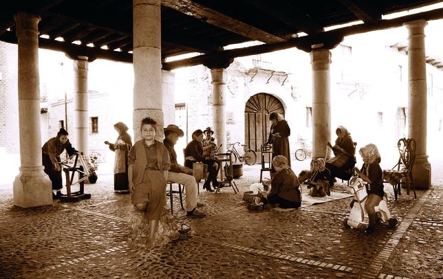 SALDAÑA: No son 'Las hilanderas' de Velázquez sino las de Saldaña, una vieja estampa que han recreado los vecinos para retratar el pueblo a la vieja usanza.