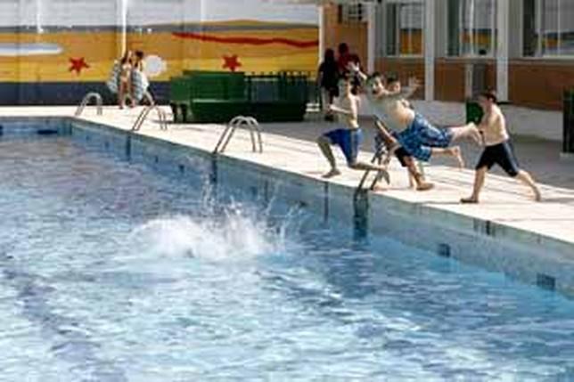 Las piscinas del carlos belmonte abrieron con poco p blico for Piscina santa teresa albacete