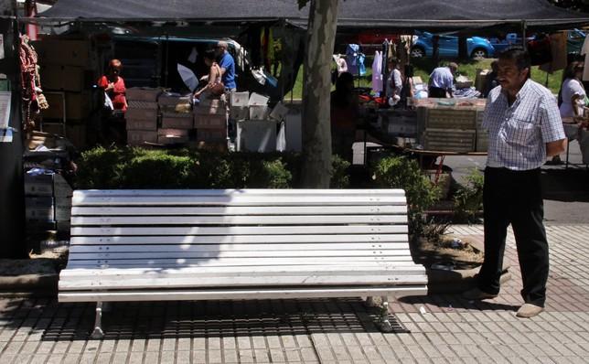 Imagen del hombre que ayudó al joven acuchillado en los alrededores del rastro, junto al banco donde esperaron la llegada de las asistencias médicas. Rubén Cacho (Ical)