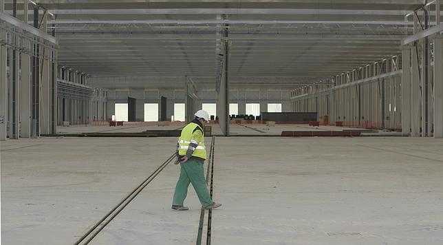 Un operario recorre las instalaciones del complejo ferroviario. Jonathan Tajes