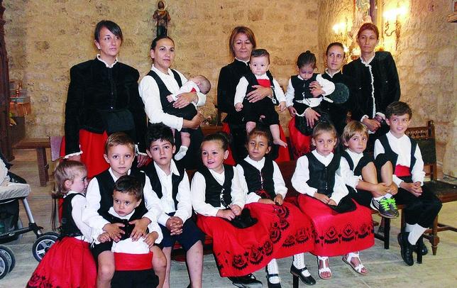 REQUENA DE CAMPOS: Requena es un pueblo muy pequeño, con apenas 25 vecinos en el censo, pero no deja de ser ¡¡muy grande!! La Asociación Santa Ana ha organizado este posado con trajes típicos.