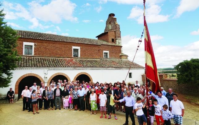 ACERA DE LA VEGA: La fotografía representa al pueblo de Acera de la Vega en sus fiestas de San Justo y San Pastor 2013, un tiempo para la alegría y para estrechar las relaciones de vecindad.