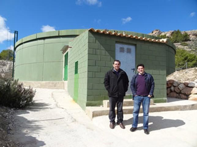 Asensio Moreno, alcalde de Elche de la Sierra, y el concejal Miguel Ángel Lozano, junto al depósito de agua. Ayuntamiento