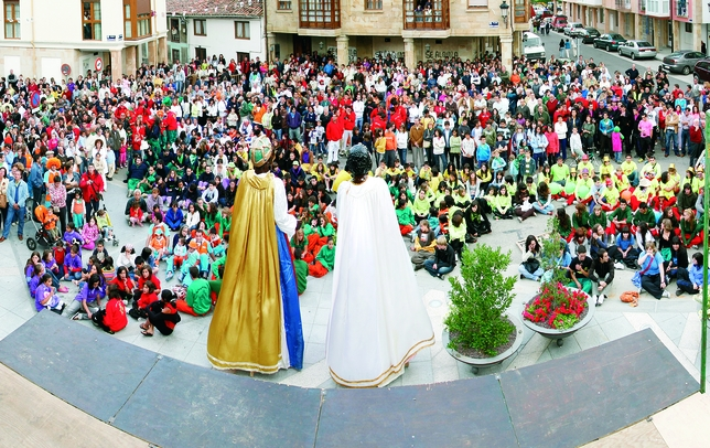 CERVERA DE PISUERGA: Gigantones y cabezudos congregan en la plaza cerverana a chicos y grandes para celebrar una jornada festiva de la forma más lúdica y sin olvidar las tradiciones.