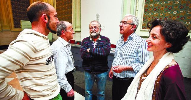 Andrés Contreras, Vicente Heras, J. Ignacio Romo, Pablo Salazar y Esperanza Arranz, portavoces de las plataformas (con ausencia de Villarcayo). Luis López Araico