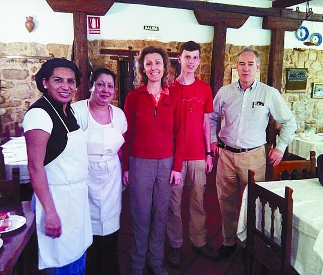 Sibila de Luxemburgo y su hijo con el personal de cocina y Francés. Eduardo Francés