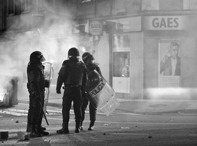 Antidisturbios en la protesta vecinal contra el bulevar de la calle Vitoria de Gamonal