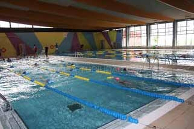 Denuncian que la piscina de la roda se queda peque a para for Piscina municipal albacete