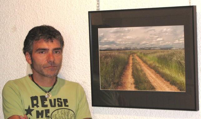Juanjo Mediavilla, con raíces en Villasur, se muestra orgulloso de la acogida de su primera exposición en Saldaña. Rubén Abad