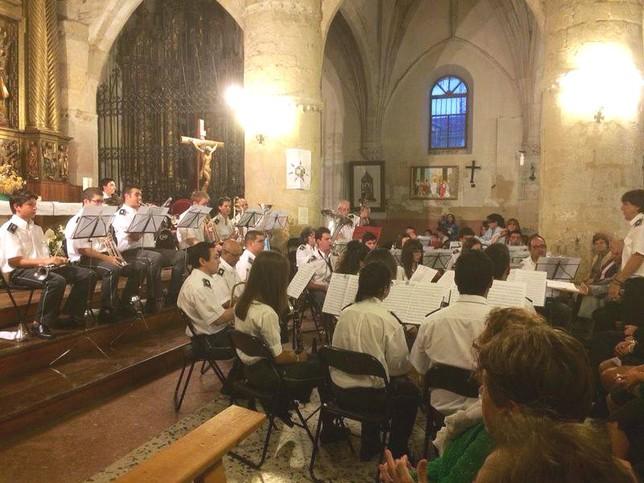 La Banda de Música de Saldaña interpretó varias piezas ante un público entregado. DP