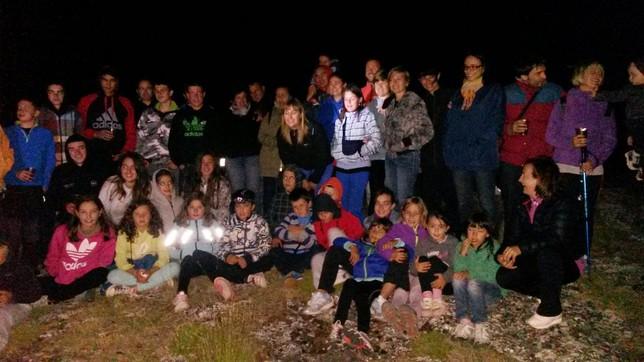 Imagen de los participantes en la ruta nocturna a la que acudieron niños y adultos y en la que ascendieron hasta la cima que da nombre a la asociación 'Peña Ruz'.  Carmen J. Rey