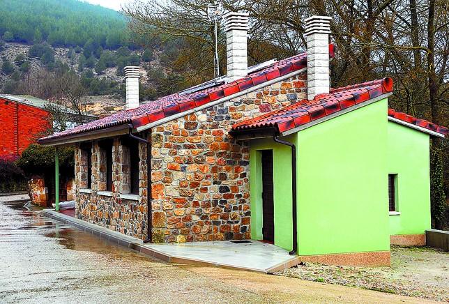 Exterior del nuevo espacio destinado a los peregrinos, que ocupa el lugar de las antiguas escuelas.  Azúa