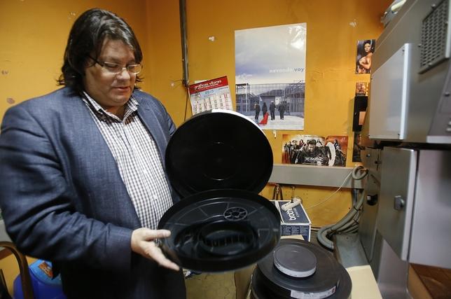 De la Fuente muestra las antiguas cintas en la cabina del Cine Roxy. J. Tajes