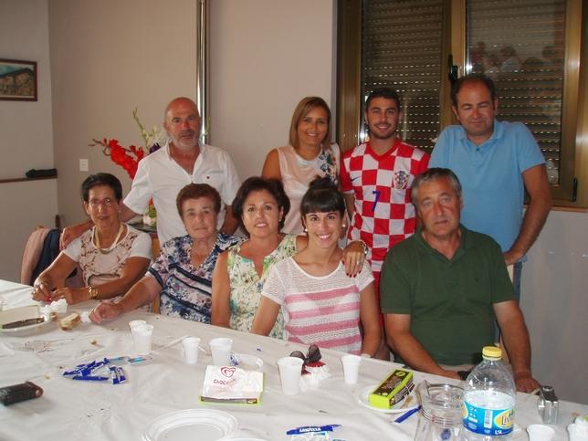 Imagen de la homenajeada (2i) y sus familiares. ASOCIACIÓN PEÑA RUZ