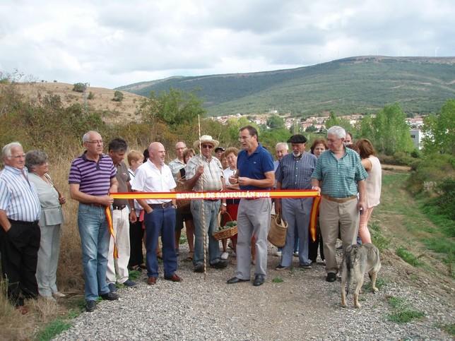 El presidente de la Junta Vecinal, junto a los vecinos de Revilla inaugurando el camino. Aociación 'Peña Ruz'
