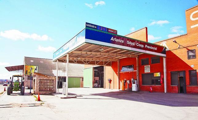 Instalaciones de la cooperativa Arlanza en Villalmanzo, con el surtidor para socios y clientes. Luis