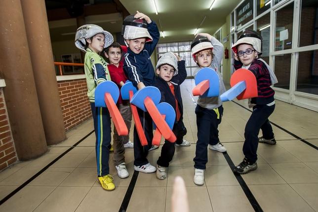 Algunos de los niños de la Escuela Municipal de Esgrima posan con sus caretas y sables de espuma. Reyes Martínez