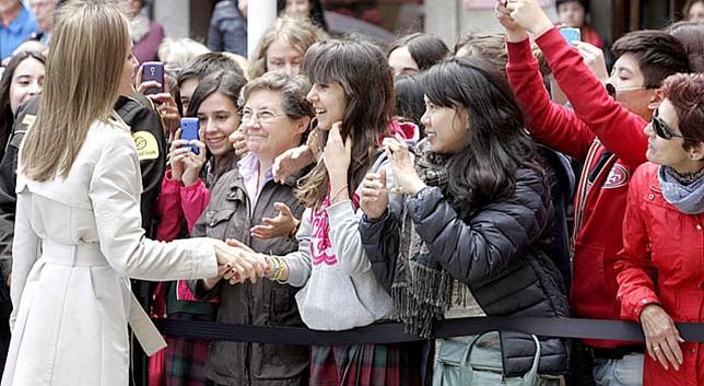 Letizia dando la mano a una joven David Pérez