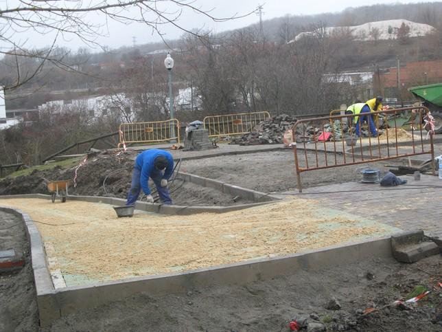 Los operarios municipales llevan trabajando varios días en las inmediaciones del Pabellón Polideportivo. Rubén Abad