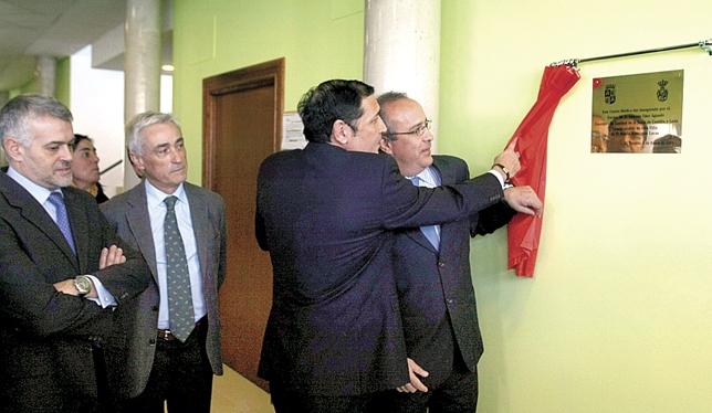 El consejero de Sanidad, Antonio María Sáez Aguado, inaugura el consultorio médico de El Tiemblo acompañado de su alcalde, Rubén Rodríguez. Antonio Bartolomé
