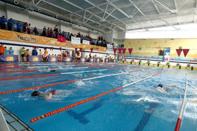 los nadadores de fecam compiten en la piscina de juan de