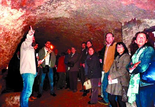 Un técnico explica la visita a los turistas durante la edición del pasado año.