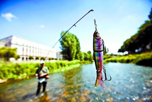Hasta el 31 de julio se puede practicar la pesca tradicional de trucha en el río Arlanzón a su paso por la capital. Alberto Rodrigo