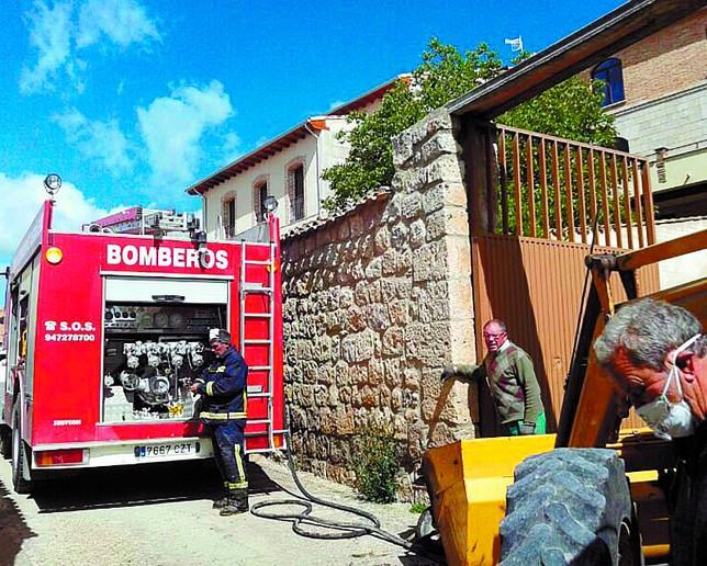 Los bomberos de Castrojeriz, en una intervención en mayo. O. Campo